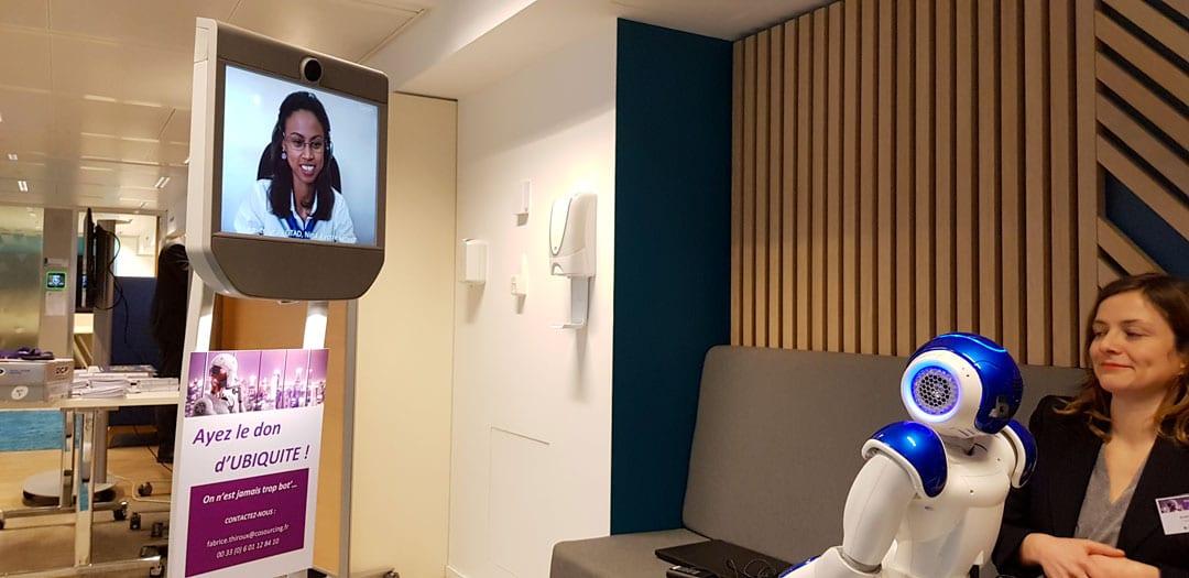 Une hôtesse COSOURCING à Madagascar complète le dispositif d'accueil chez notre client via le robot de téléprésence phygitale.